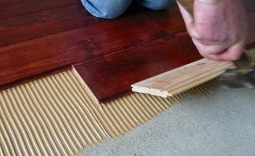 Можно ли массивную доску клеить на бетонную стяжку